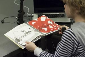 Photo prise lors du test utilisateur du prototype d'adaptation du livre-CD Mon voisin